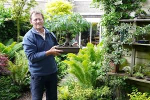 Henk Klaassen in zijn tuin